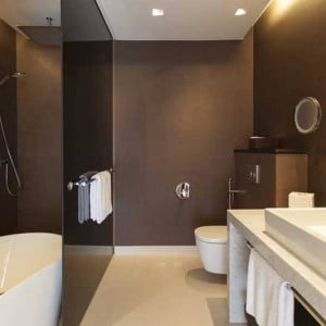 Crowne_Plaza_Geneva_King_Suite_Bath